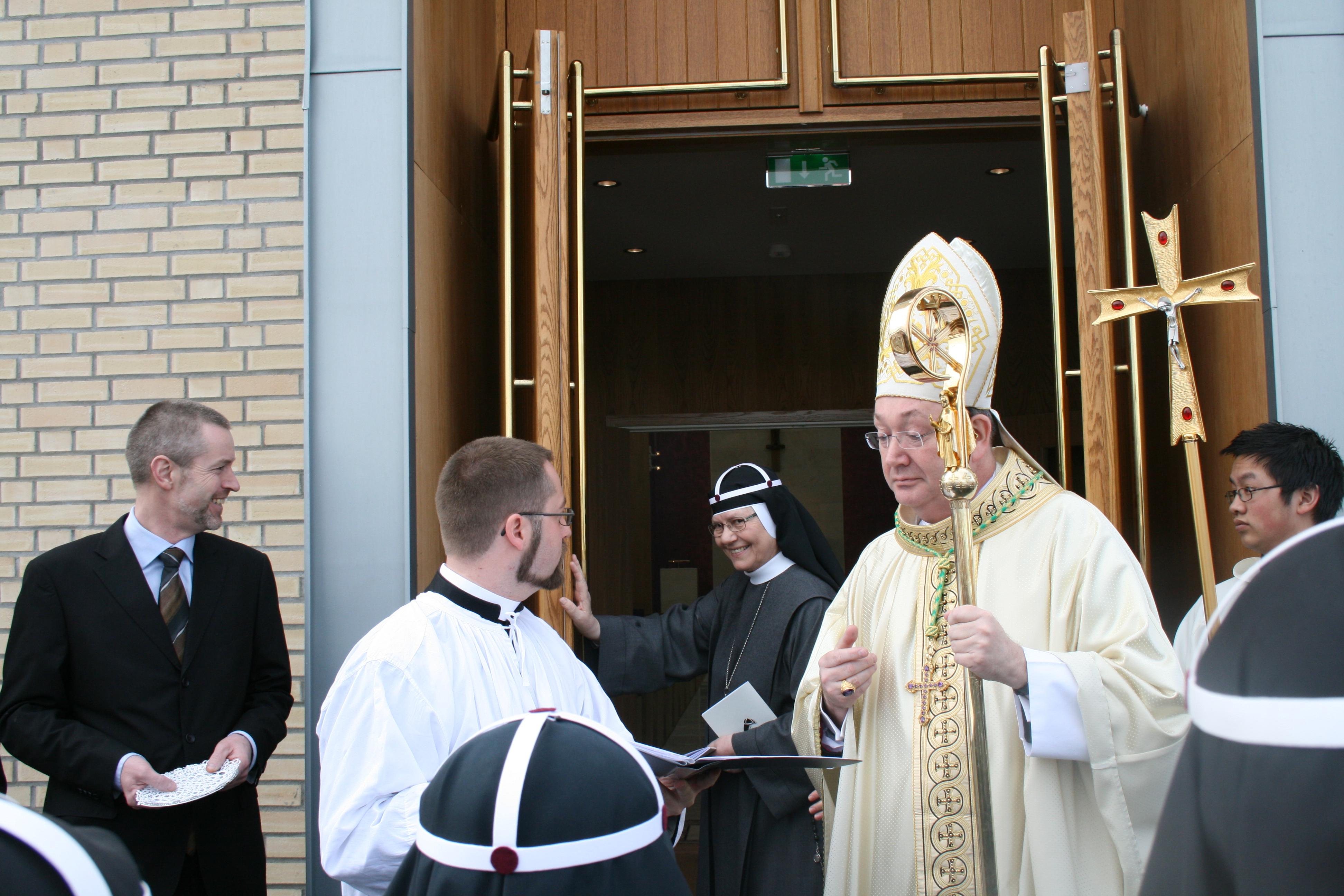 Fra venstre: Arkitekt Lars Meland, pater Fredrik Hansen, moder Tekla Famiglietti og biskop Bernt Eidsvig.